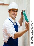 Купить «Specialist making wall plane», фото № 28262027, снято 25 мая 2019 г. (c) Яков Филимонов / Фотобанк Лори