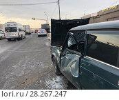 Разбитый отечественный автомобиль ВАЗ-2106 на дороге с помятой дверцей после ДТП. Стоковое фото, фотограф Кузнецов Максим / Фотобанк Лори