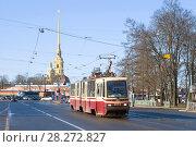 Трамвай 6-го маршрута на фоне шпиля Петропавловского собора апрельским днем. Санкт-Петербург (2018 год). Редакционное фото, фотограф Виктор Карасев / Фотобанк Лори