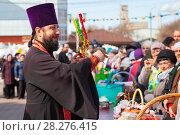 Купить «Священник освящает куличи и яйца», фото № 28276415, снято 8 апреля 2018 г. (c) Иван Карпов / Фотобанк Лори