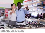 Купить «Couple selecting hob in household store», фото № 28276987, снято 21 февраля 2018 г. (c) Яков Филимонов / Фотобанк Лори