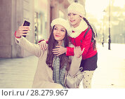 adult female and girl taking selfie. Стоковое фото, фотограф Яков Филимонов / Фотобанк Лори