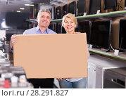 Купить «Happy mature couple purchased and packed goods», фото № 28291827, снято 27 июня 2019 г. (c) Яков Филимонов / Фотобанк Лори