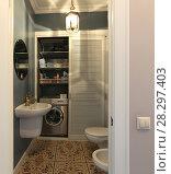 Купить «Интерьер современной туалетной комнаты», эксклюзивное фото № 28297403, снято 8 апреля 2018 г. (c) Алексей Гусев / Фотобанк Лори