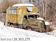 Купить «Старый автомобиль-вахтовка застрял в снегу», фото № 28303275, снято 15 марта 2016 г. (c) Евгений Ткачёв / Фотобанк Лори