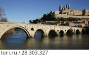 Купить «View of Cathedral of Saint Nazaire and Old Bridge across Orb river, Beziers, France», видеоролик № 28303327, снято 20 декабря 2017 г. (c) Яков Филимонов / Фотобанк Лори