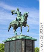 Купить «Конная статуя Виллема II, короля Нидерландов и великого герцога Люксембургского, в Гааге, Нидерланды», фото № 28303587, снято 23 мая 2015 г. (c) Михаил Марковский / Фотобанк Лори