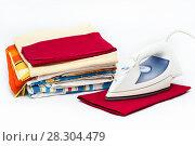 Купить «Сложенное глаженное белье и утюг на белом фоне», фото № 28304479, снято 28 января 2011 г. (c) Кекяляйнен Андрей / Фотобанк Лори