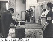 Купить «Выборы депутатов на избирательном участке СССР», фото № 28305435, снято 23 февраля 2019 г. (c) Retro / Фотобанк Лори