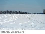 Купить «Рисунок следов на снегу от снегоходов  на заснеженном поле в зимний день», фото № 28306775, снято 10 февраля 2018 г. (c) Pukhov K / Фотобанк Лори