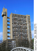 Купить «Trellick Tower, Apartments, Brutalist Architecture, architect Erno Goldfinger, Notting Hill, London, England, United Kingdom, Europe», фото № 28308071, снято 1 апреля 2017 г. (c) age Fotostock / Фотобанк Лори