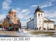 Купить «Экскурсионная группа в Иоанно-Предтеченском монастыре. Свияжск», фото № 28308491, снято 5 января 2018 г. (c) Юлия Бабкина / Фотобанк Лори