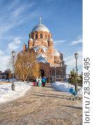 Купить «Иоанно-Предтеченский монастырь, люди выходят из храма, Свияжск», фото № 28308495, снято 5 января 2018 г. (c) Юлия Бабкина / Фотобанк Лори