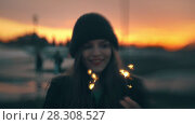 Купить «Young woman having fun with sparkler at sunset», видеоролик № 28308527, снято 25 апреля 2018 г. (c) Константин Шишкин / Фотобанк Лори