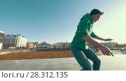 Купить «Adult guy sliding and doing tricks outdoors in sunny day», видеоролик № 28312135, снято 18 апреля 2018 г. (c) Константин Шишкин / Фотобанк Лори