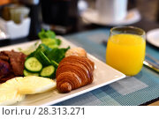 Купить «Breakfast from croissant pineapple cucumber and orange juice», фото № 28313271, снято 10 апреля 2018 г. (c) Володина Ольга / Фотобанк Лори