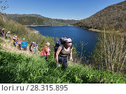 Купить «Группа туристов идет по крутому берегу горного озера», фото № 28315895, снято 13 июня 2014 г. (c) А. А. Пирагис / Фотобанк Лори