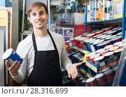 Купить «Salesman offering enamel in store», фото № 28316699, снято 22 апреля 2018 г. (c) Яков Филимонов / Фотобанк Лори