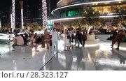 Купить «Dubai, UAE - April 8. 2018. Tourists on square at front of Dubai Mall.», видеоролик № 28323127, снято 20 апреля 2018 г. (c) Володина Ольга / Фотобанк Лори