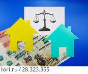 Концепция оценки стоимости недвижимости. Нарисованные весы, два картонных домика и денежные купюры. Стоковое фото, фотограф ViktoriiaMur / Фотобанк Лори