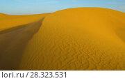 Купить «Desert sand dunes during storm rotation timelapse», видеоролик № 28323531, снято 23 февраля 2018 г. (c) Кирилл Трифонов / Фотобанк Лори
