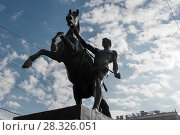 """Купить «Скульптура """"Конь с идущим юношей"""" на Аничковском мосту через реку Фонтанку, созданная русским скульптором бароном Петром Клодтом», фото № 28326051, снято 18 августа 2017 г. (c) Pukhov K / Фотобанк Лори"""