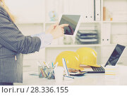 Купить «Businesswoman using tablet», фото № 28336155, снято 20 апреля 2017 г. (c) Яков Филимонов / Фотобанк Лори
