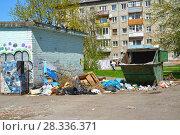 Купить «Свалка бытовых отходов около мусорного контейнера. Калининград», фото № 28336371, снято 20 апреля 2018 г. (c) Ирина Борсученко / Фотобанк Лори