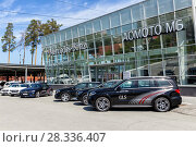 Купить «Автомобили Mercedes Benz перед автосалоном», фото № 28336407, снято 11 июня 2017 г. (c) Евгений Ткачёв / Фотобанк Лори