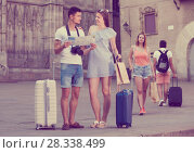Couple with luggage checking direction in map. Стоковое фото, фотограф Яков Филимонов / Фотобанк Лори
