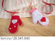Купить «Рождественский фон с варежками», фото № 28341043, снято 26 апреля 2018 г. (c) NataMint / Фотобанк Лори