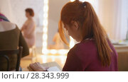 Купить «Young female artists draws nude model in bright classroom», видеоролик № 28343999, снято 25 сентября 2018 г. (c) Константин Шишкин / Фотобанк Лори