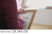 Купить «Female hands drawing naked model in light studio», видеоролик № 28344335, снято 15 августа 2018 г. (c) Константин Шишкин / Фотобанк Лори