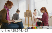 Caucasian female artists performing artistic etude witn naked model in drawing studio. Стоковое видео, видеограф Константин Шишкин / Фотобанк Лори