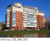 Девятиэтажный двухподъездный жилой дом («Дом на реке»), построенный в 2004 г. Санкт-Петербург, улица Танкиста Хрустицкого, д. 9. (2018 год). Стоковое фото, фотограф ViktoriiaMur / Фотобанк Лори
