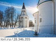 Купить «Колокольня и солнышко Crucifix church-bell tower in Alexandrov Sloboda», фото № 28346355, снято 17 марта 2018 г. (c) Baturina Yuliya / Фотобанк Лори