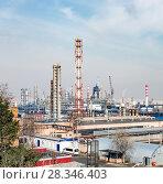 Купить «Строительство новой установки на МНПЗ, Москва, Капотня», фото № 28346403, снято 17 апреля 2018 г. (c) Юрий Кирсанов / Фотобанк Лори
