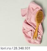 Купить «Wooden body cleaning brush on bath towel», фото № 28348931, снято 5 апреля 2018 г. (c) Наталия Кленова / Фотобанк Лори