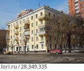 Купить «Пятиэтажный трёхподъездный кирпичный жилой дом, построен в 1949 году. Первомайская улица, 105. Район Измайлово. Город Москва», эксклюзивное фото № 28349335, снято 4 апреля 2018 г. (c) lana1501 / Фотобанк Лори