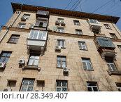 Купить «Пяти–шестиэтажный кирпичный жилой дом (1955 год, сталинская постройка). Измайловский бульвар, 38. Район Измайлово. Москва», эксклюзивное фото № 28349407, снято 4 апреля 2018 г. (c) lana1501 / Фотобанк Лори