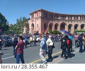 Купить «Ереван, 1 мая 2018. Люди на площади», фото № 28355467, снято 1 мая 2018 г. (c) Агата Терентьева / Фотобанк Лори