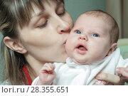 Купить «Женщина с ребёнком», фото № 28355651, снято 9 апреля 2011 г. (c) Акиньшин Владимир / Фотобанк Лори