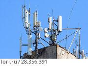 Купить «Антенны базовой станции оператора сотовой связи на крыше здания», фото № 28356391, снято 1 мая 2018 г. (c) Алексей Букреев / Фотобанк Лори