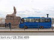 Купить «Туристический автобус у сфинкса на Университетской набережной. Санкт-Петербург», эксклюзивное фото № 28356499, снято 29 апреля 2018 г. (c) Александр Щепин / Фотобанк Лори
