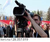 Купить «Мужчина с телекамерой», фото № 28357019, снято 1 мая 2018 г. (c) Светлана Кириллова / Фотобанк Лори