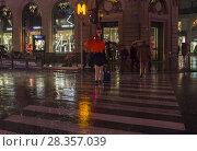 Купить «Люди переходят улицу под проливным дождем. Париж, бульвар Осман, декабрьский вечер», фото № 28357039, снято 10 декабря 2017 г. (c) Сергей Рыбин / Фотобанк Лори