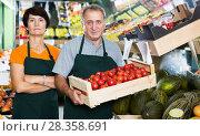 Купить «Sellers demonstraiting tomatos in store», фото № 28358691, снято 22 октября 2017 г. (c) Яков Филимонов / Фотобанк Лори