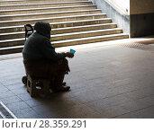 Купить «Силуэт пожилой женщины, просящей милостыню в подземном переходе. Концепция социальной деградации», фото № 28359291, снято 21 мая 2017 г. (c) Светлана Ельцова / Фотобанк Лори