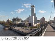 Купить «Москва, вид на здания на Космодамианской набережной весной», эксклюзивное фото № 28359851, снято 14 мая 2017 г. (c) Дмитрий Неумоин / Фотобанк Лори