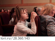 Купить «Город Ногинск, девочка смотрит детский спектакль в областном театре драмы», эксклюзивное фото № 28360143, снято 29 апреля 2018 г. (c) Дмитрий Неумоин / Фотобанк Лори